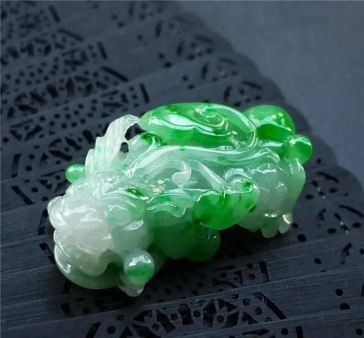 要想翡翠价值更高,翡翠身上就得带点绿,翡翠飘绿和没绿差别巨大