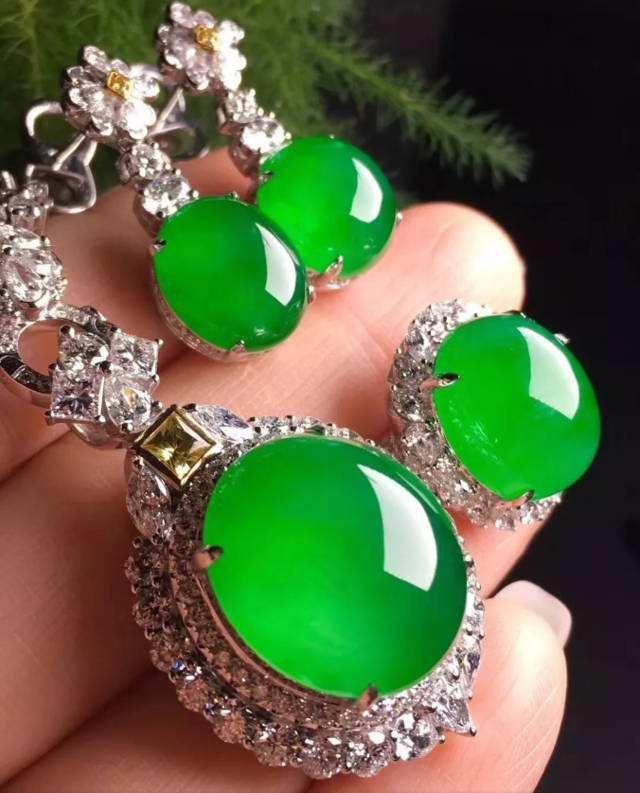 阳绿翡翠手镯的价格是不是很贵?来看看一下阳绿手镯的价格