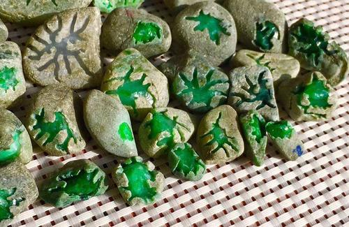 色泽亮丽玻璃种缅甸的翡翠叶子挂件 且叶片舒展纹路清晰翠色阳俏