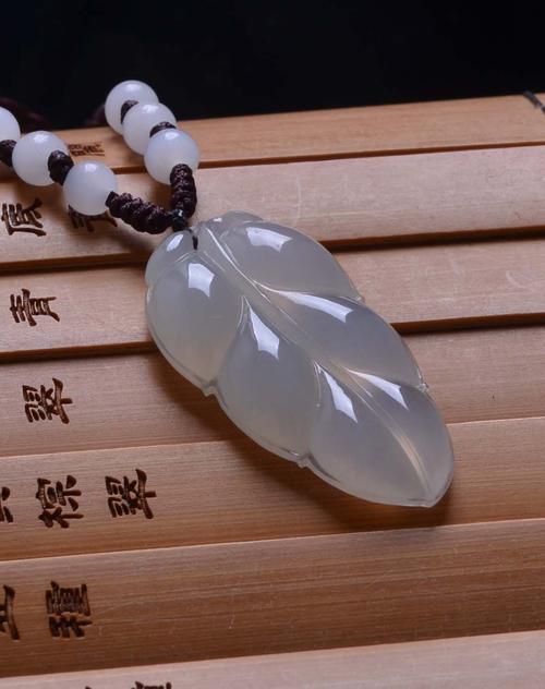 金枝玉叶吊坠冰种的保养方法都是通用的 一月一保养让翡翠永远光彩靓丽